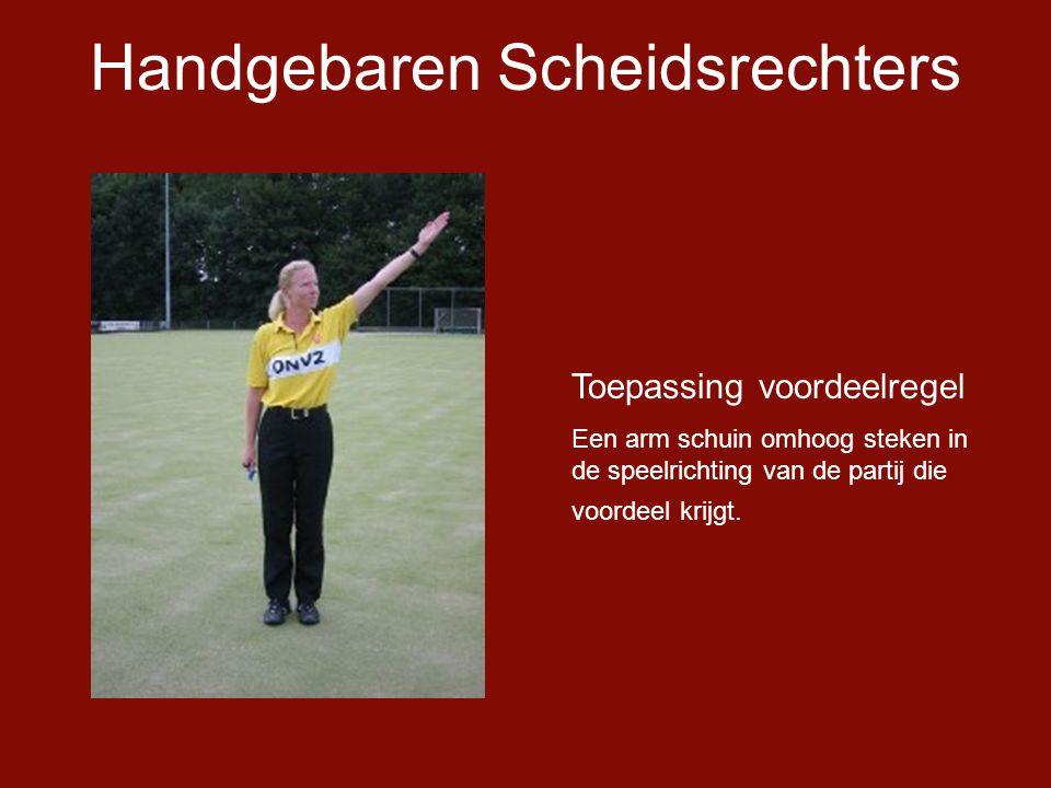 Handgebaren Scheidsrechters Toepassing voordeelregel Een arm schuin omhoog steken in de speelrichting van de partij die voordeel krijgt.