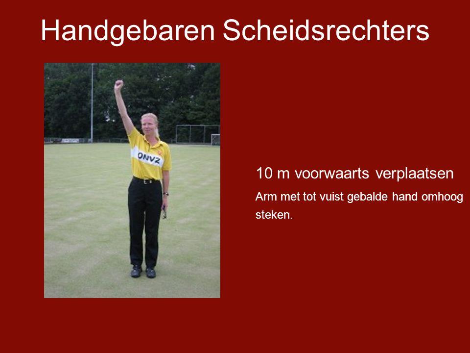 Handgebaren Scheidsrechters 10 m voorwaarts verplaatsen Arm met tot vuist gebalde hand omhoog steken.