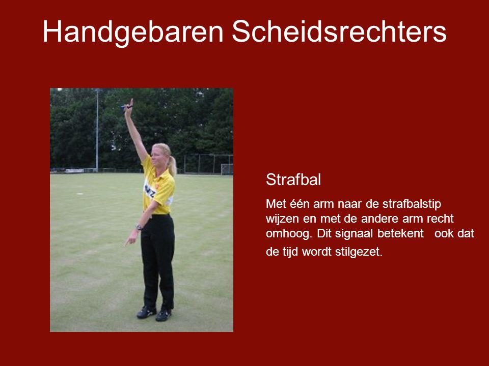 Handgebaren Scheidsrechters Strafbal Met één arm naar de strafbalstip wijzen en met de andere arm recht omhoog.