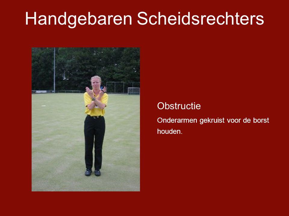 Handgebaren Scheidsrechters Obstructie Onderarmen gekruist voor de borst houden.