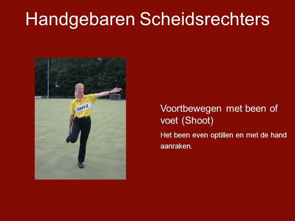 Handgebaren Scheidsrechters Voortbewegen met been of voet (Shoot) Het been even optillen en met de hand aanraken.