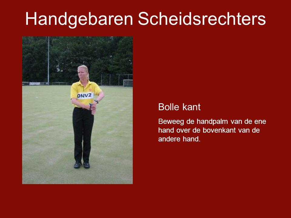 Handgebaren Scheidsrechters Bolle kant Beweeg de handpalm van de ene hand over de bovenkant van de andere hand.