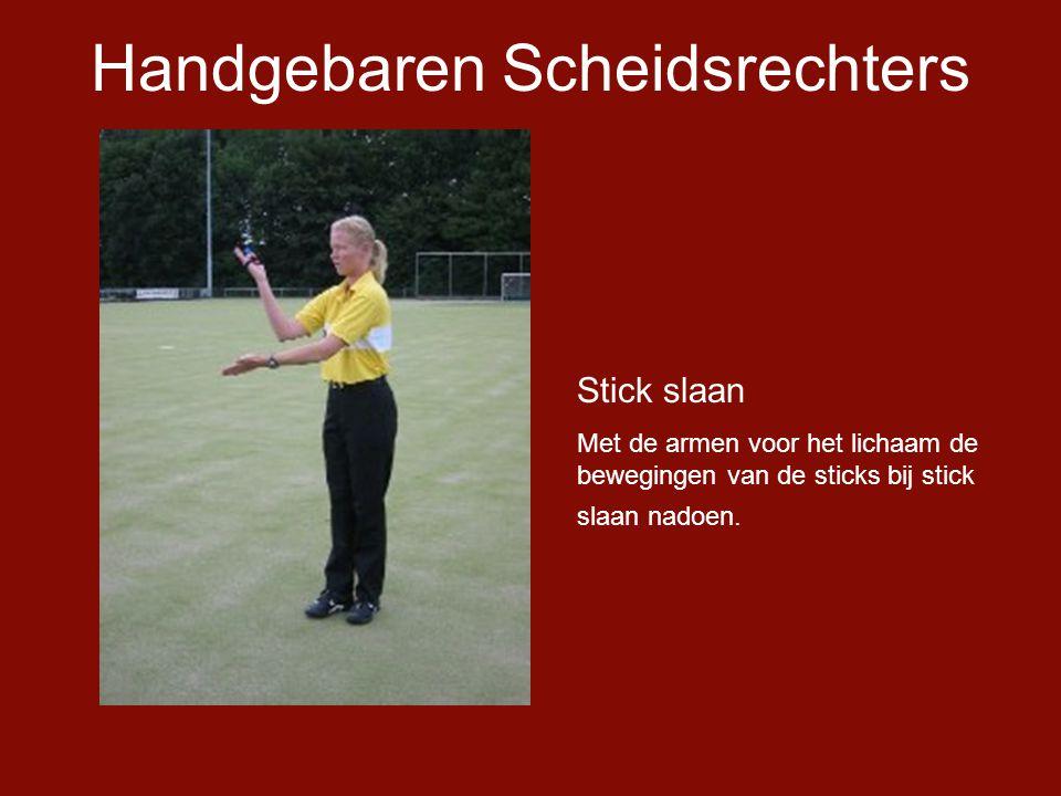 Handgebaren Scheidsrechters Stick slaan Met de armen voor het lichaam de bewegingen van de sticks bij stick slaan nadoen.