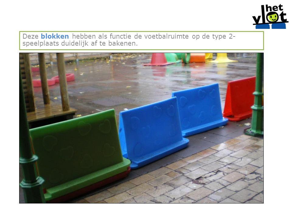 Deze blokken hebben als functie de voetbalruimte op de type 2- speelplaats duidelijk af te bakenen.
