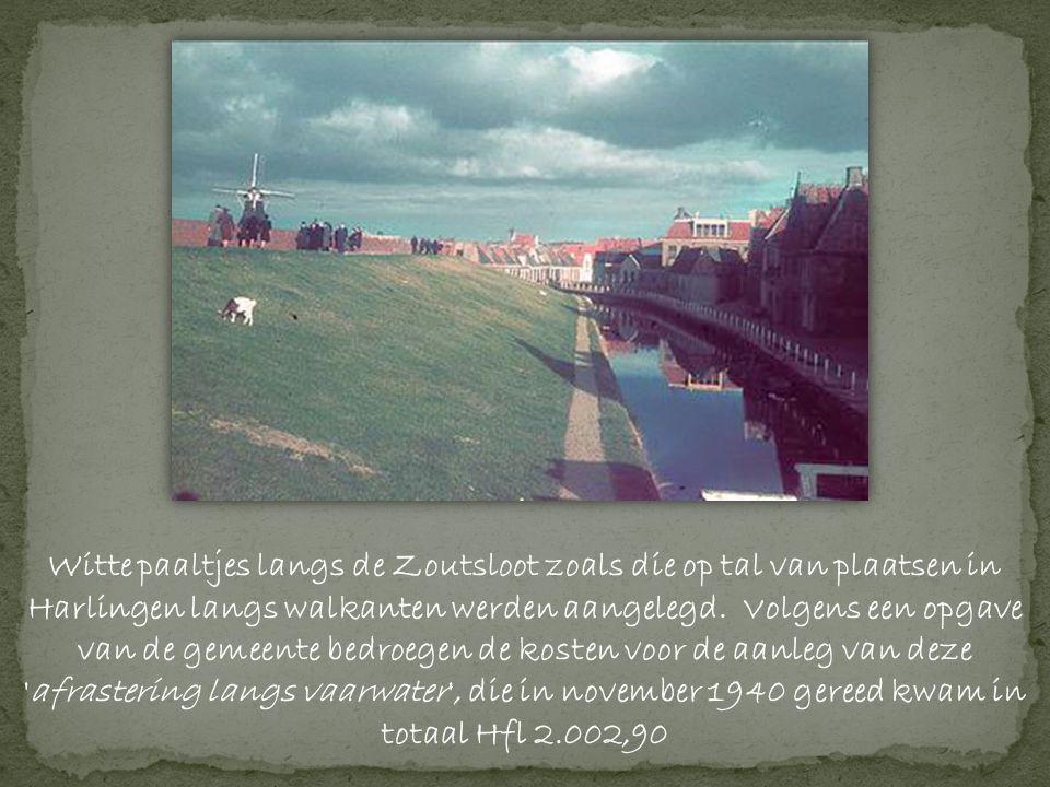 Witte paaltjes langs de Zoutsloot zoals die op tal van plaatsen in Harlingen langs walkanten werden aangelegd.