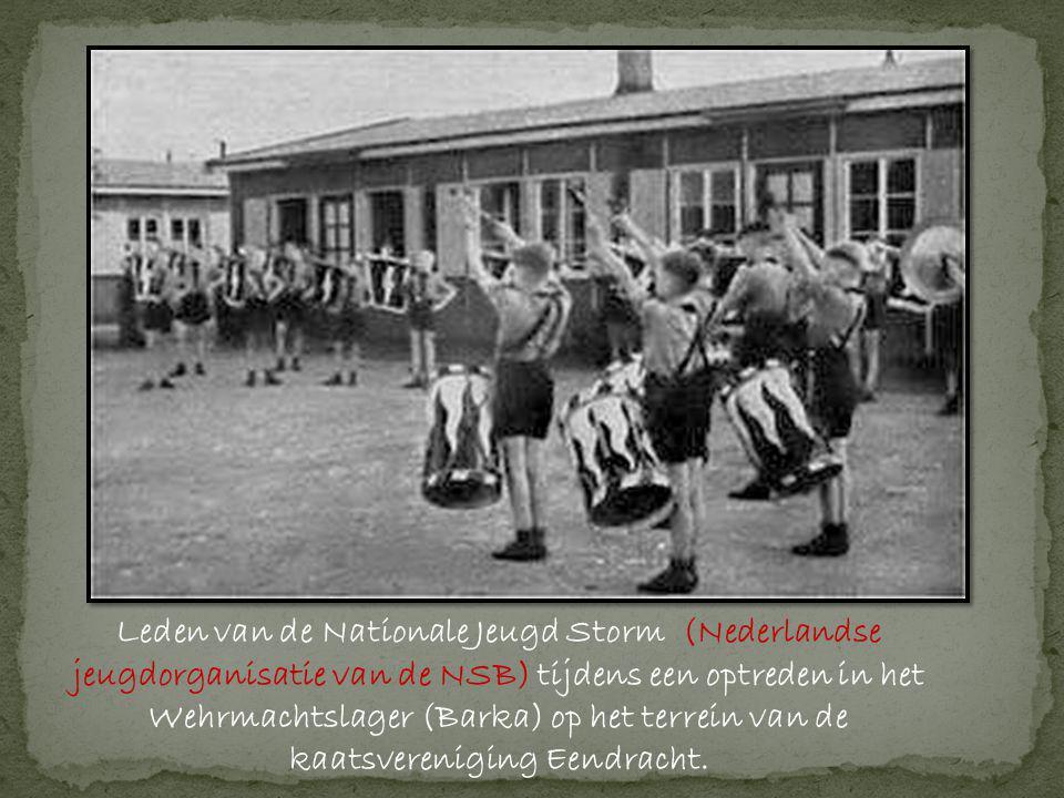 Leden van de Nationale Jeugd Storm (Nederlandse jeugdorganisatie van de NSB) tijdens een optreden in het Wehrmachtslager (Barka) op het terrein van de kaatsvereniging Eendracht.