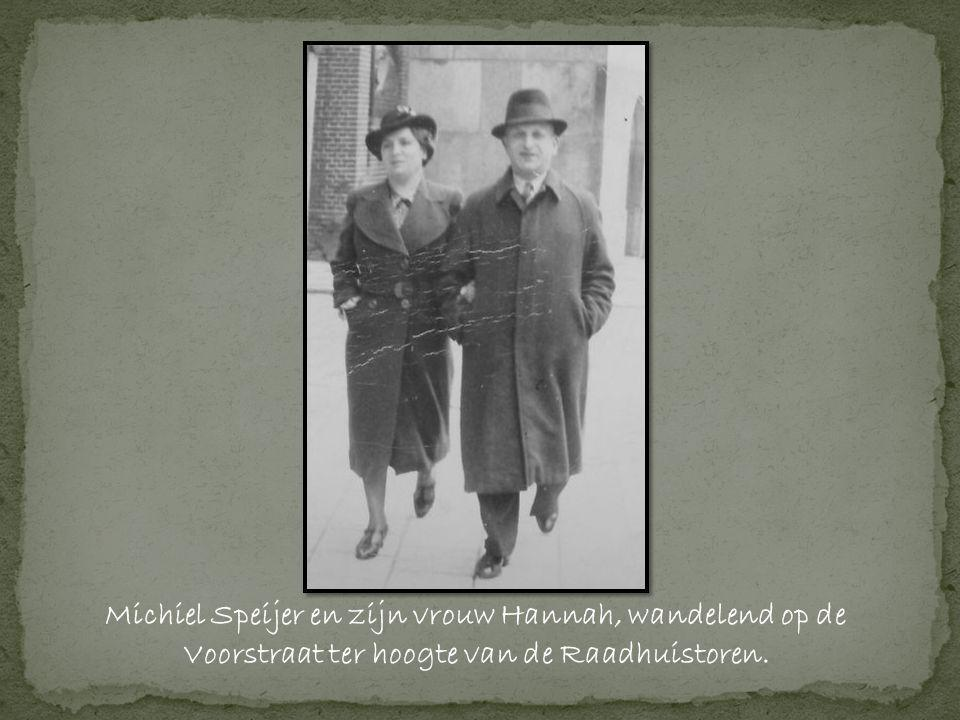Michiel Speijer en zijn vrouw Hannah, wandelend op de Voorstraat ter hoogte van de Raadhuistoren.