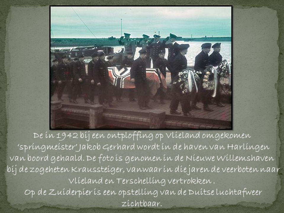 De in 1942 bij een ontploffing op Vlieland omgekomen 'springmeister' Jakob Gerhard wordt in de haven van Harlingen van boord gehaald.