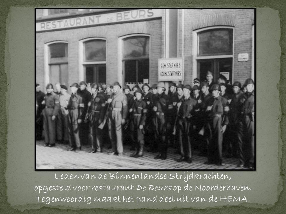 Leden van de Binnenlandse Strijdkrachten, opgesteld voor restaurant De Beurs op de Noorderhaven.