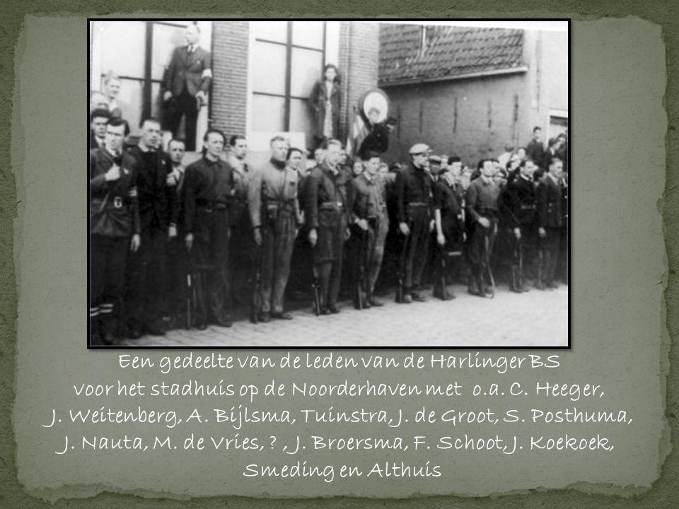 Een gedeelte van de leden van de Harlinger BS voor het stadhuis op de Noorderhaven met o.a.