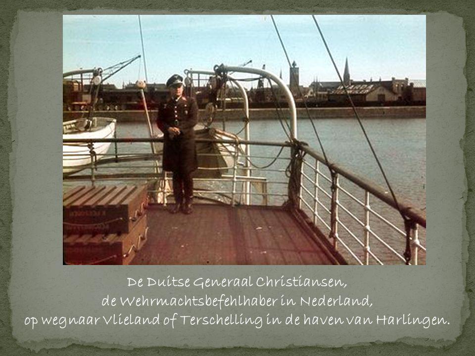 De Duitse Generaal Christiansen, de Wehrmachtsbefehlhaber in Nederland, op wegnaar Vlieland of Terschelling in de haven van Harlingen.