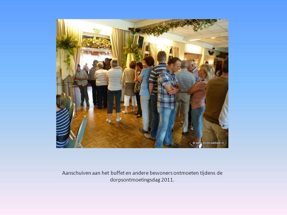 Aanschuiven aan het buffet en andere bewoners ontmoeten tijdens de dorpsontmoetingsdag 2011.