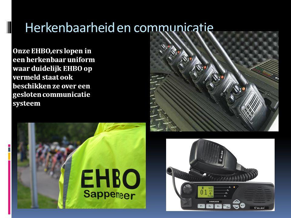 Herkenbaarheid en communicatie Onze EHBO,ers lopen in een herkenbaar uniform waar duidelijk EHBO op vermeld staat ook beschikken ze over een gesloten communicatie systeem