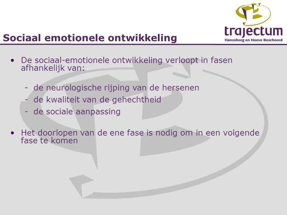 Sociaal emotionele ontwikkeling •De sociaal-emotionele ontwikkeling verloopt in fasen afhankelijk van: -de neurologische rijping van de hersenen -de k