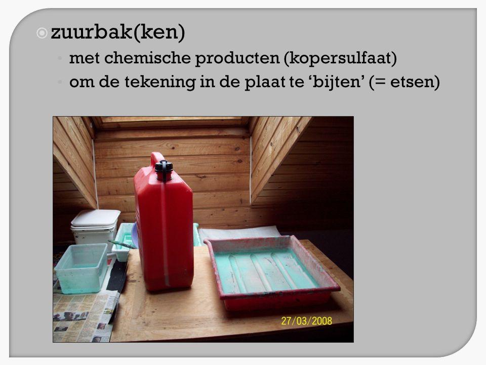  zuurbak(ken) • met chemische producten (kopersulfaat) • om de tekening in de plaat te 'bijten' (= etsen)