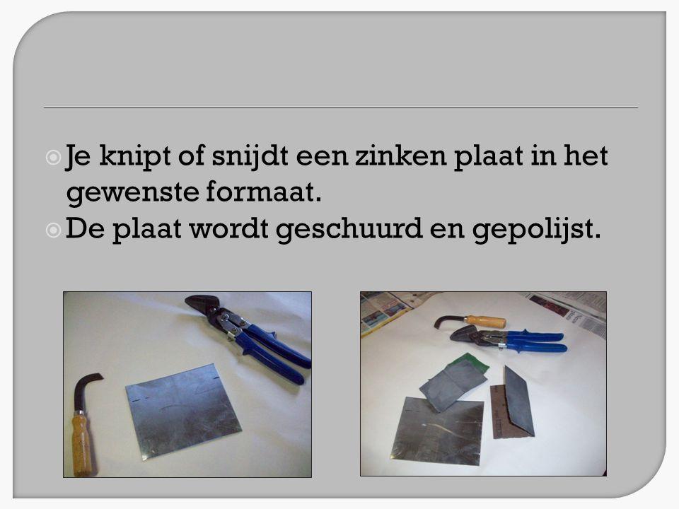  Je knipt of snijdt een zinken plaat in het gewenste formaat.  De plaat wordt geschuurd en gepolijst.