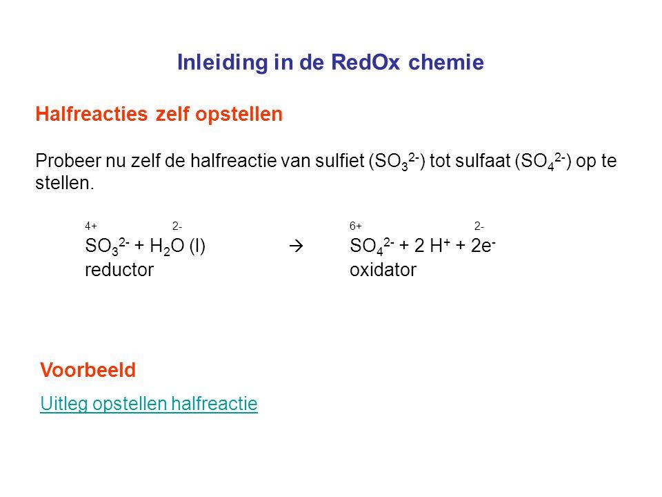 Inleiding in de RedOx chemie Halfreacties zelf opstellen Probeer nu zelf de halfreactie van sulfiet (SO 3 2- ) tot sulfaat (SO 4 2- ) op te stellen. 4