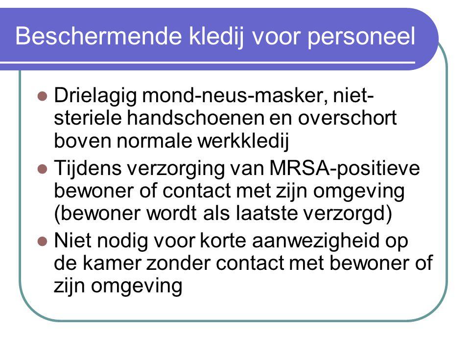 Beschermende kledij voor personeel  Drielagig mond-neus-masker, niet- steriele handschoenen en overschort boven normale werkkledij  Tijdens verzorgi