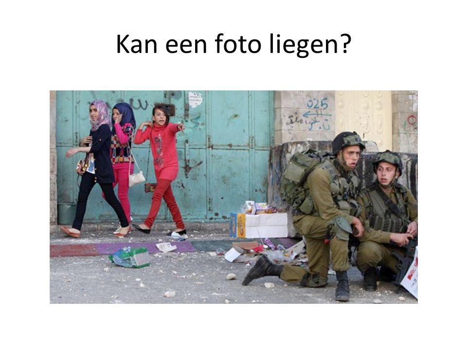 KLOPJACHT IN HEBRON • Palestijnse meisjes haasten zich weg terwijl Israëlische militairen dekking zoeken voor stenen gooiende Palestijnen nabij een controlepost in de stad Hebron, op de Westelijke Jordaanoever.