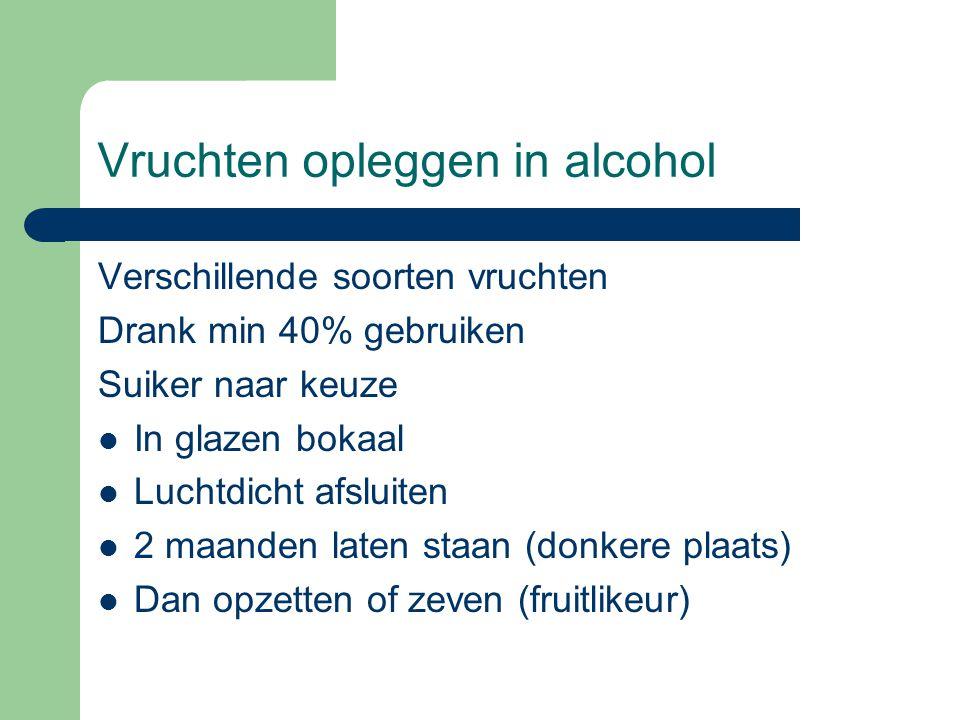 Vruchten opleggen in alcohol Verschillende soorten vruchten Drank min 40% gebruiken Suiker naar keuze  In glazen bokaal  Luchtdicht afsluiten  2 ma