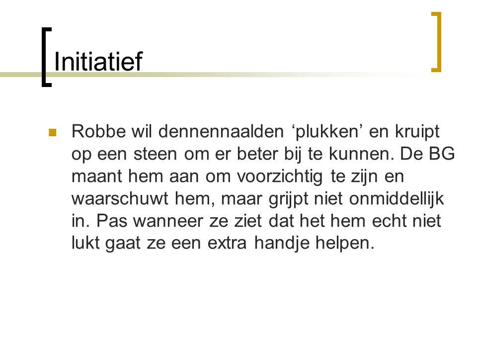 Initiatief  Robbe wil dennennaalden 'plukken' en kruipt op een steen om er beter bij te kunnen. De BG maant hem aan om voorzichtig te zijn en waarsch