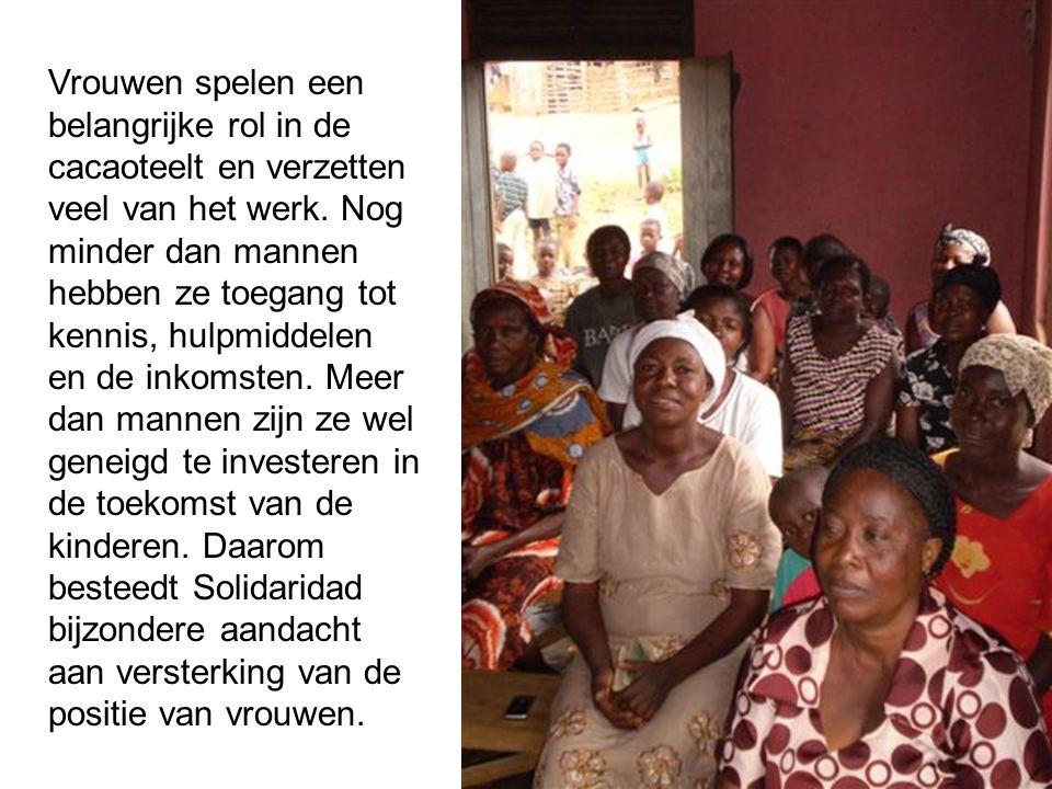 Vrouwen spelen een belangrijke rol in de cacaoteelt en verzetten veel van het werk.