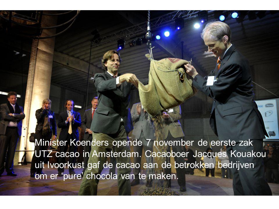 Minister Koenders opende 7 november de eerste zak UTZ cacao in Amsterdam. Cacaoboer Jacques Kouakou uit Ivoorkust gaf de cacao aan de betrokken bedrij