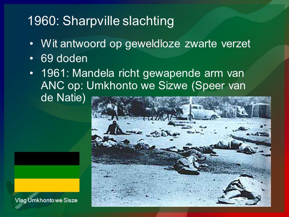 1960: Sharpville slachting •Wit antwoord op geweldloze zwarte verzet •69 doden •1961: Mandela richt gewapende arm van ANC op: Umkhonto we Sizwe (Speer