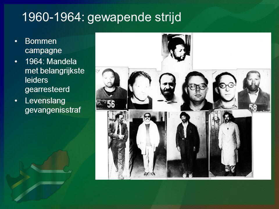 1960-1964: gewapende strijd •Bommen campagne •1964: Mandela met belangrijkste leiders gearresteerd •Levenslang gevangenisstraf