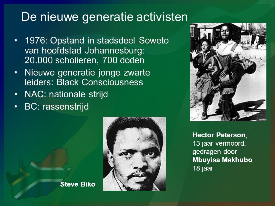 De nieuwe generatie activisten •1976: Opstand in stadsdeel Soweto van hoofdstad Johannesburg: 20.000 scholieren, 700 doden •Nieuwe generatie jonge zwa