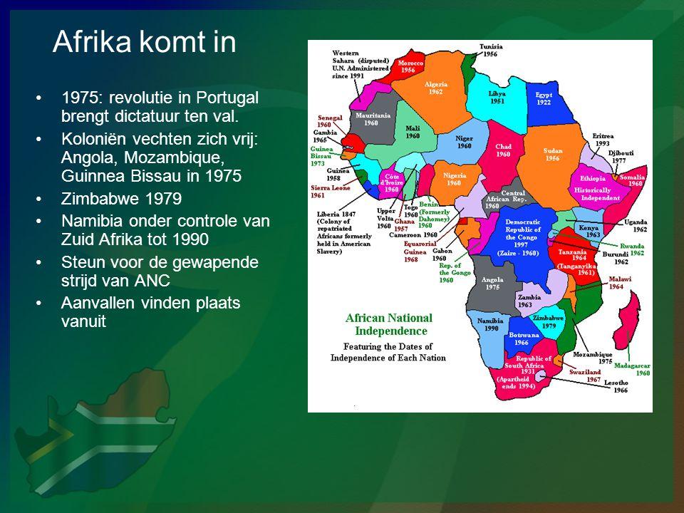 Afrika komt in •1975: revolutie in Portugal brengt dictatuur ten val. •Koloniën vechten zich vrij: Angola, Mozambique, Guinnea Bissau in 1975 •Zimbabw