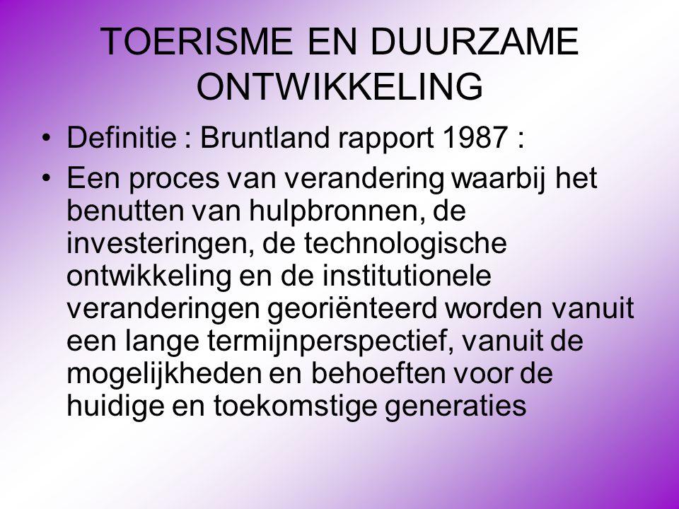 TOERISME EN DUURZAME ONTWIKKELING •Definitie : Bruntland rapport 1987 : •Een proces van verandering waarbij het benutten van hulpbronnen, de investeri