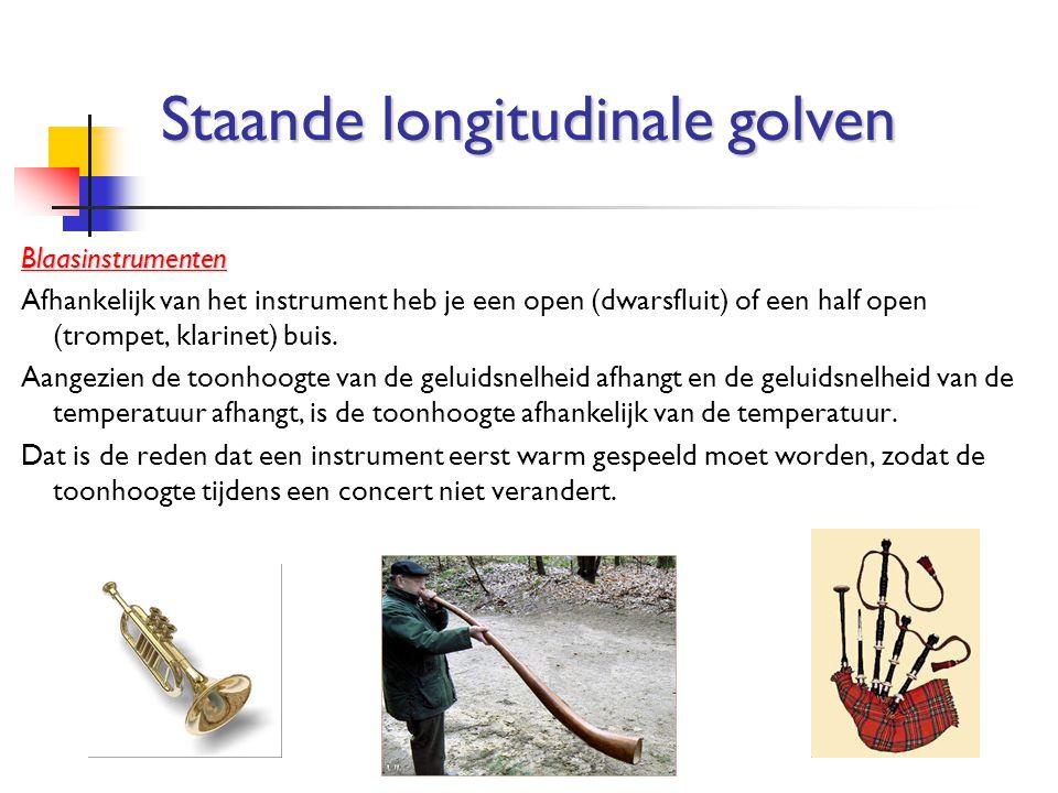 Blaasinstrumenten Afhankelijk van het instrument heb je een open (dwarsfluit) of een half open (trompet, klarinet) buis. Aangezien de toonhoogte van d