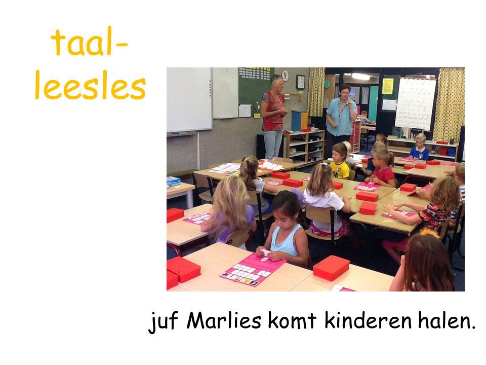 taal- leesles juf Marlies komt kinderen halen.