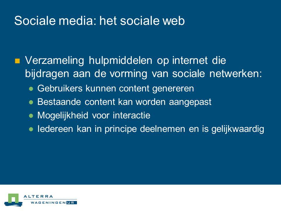 Sociale media: het sociale web  Verzameling hulpmiddelen op internet die bijdragen aan de vorming van sociale netwerken:  Gebruikers kunnen content genereren  Bestaande content kan worden aangepast  Mogelijkheid voor interactie  Iedereen kan in principe deelnemen en is gelijkwaardig