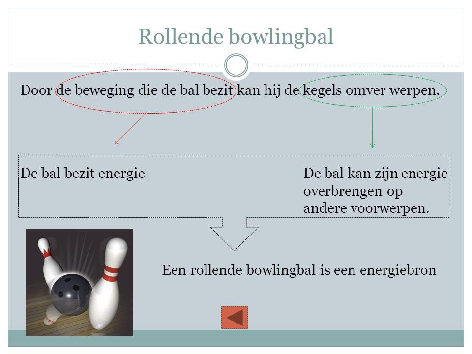 Rollende bowlingbal Door de beweging die de bal bezit kan hij de kegels omver werpen. De bal bezit energie.De bal kan zijn energie overbrengen op ande