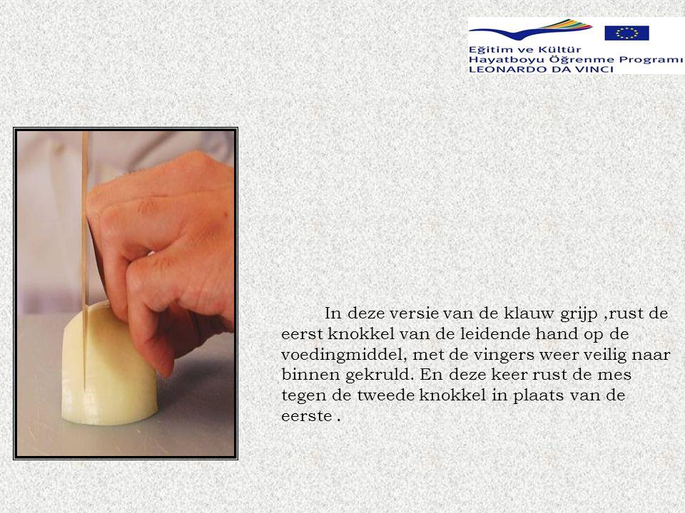 In deze versie van de klauw grijp,rust de eerst knokkel van de leidende hand op de voedingmiddel, met de vingers weer veilig naar binnen gekruld.