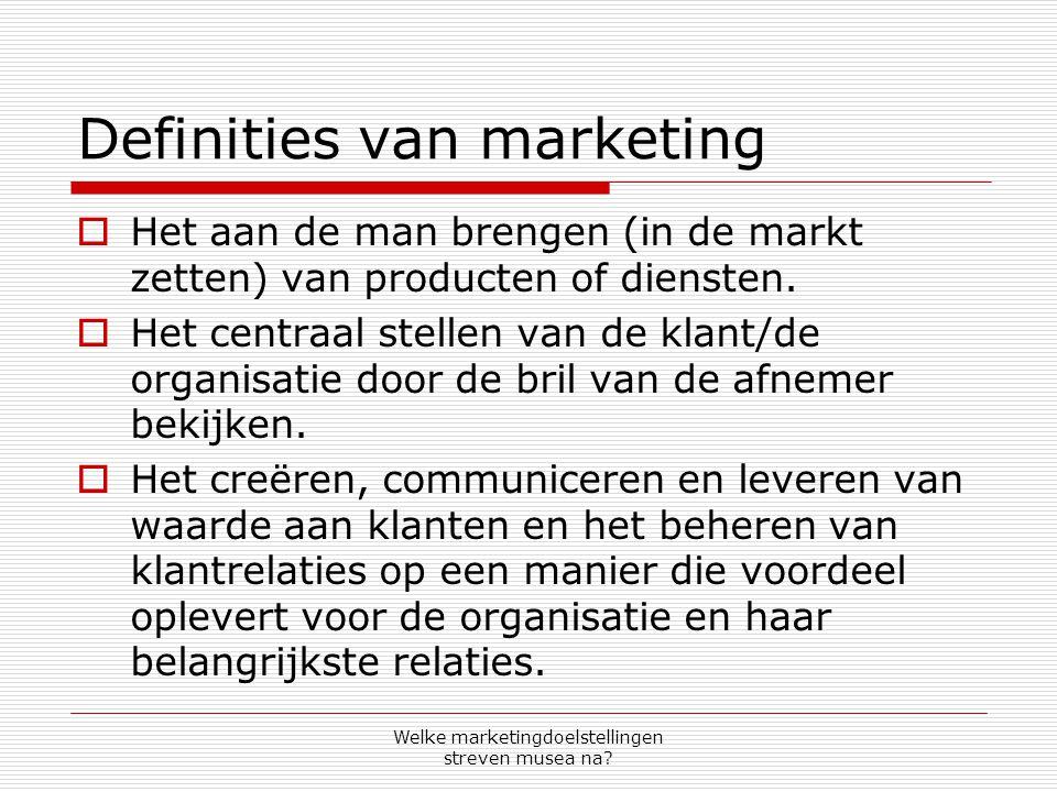 Definities van marketing  Het aan de man brengen (in de markt zetten) van producten of diensten.  Het centraal stellen van de klant/de organisatie d