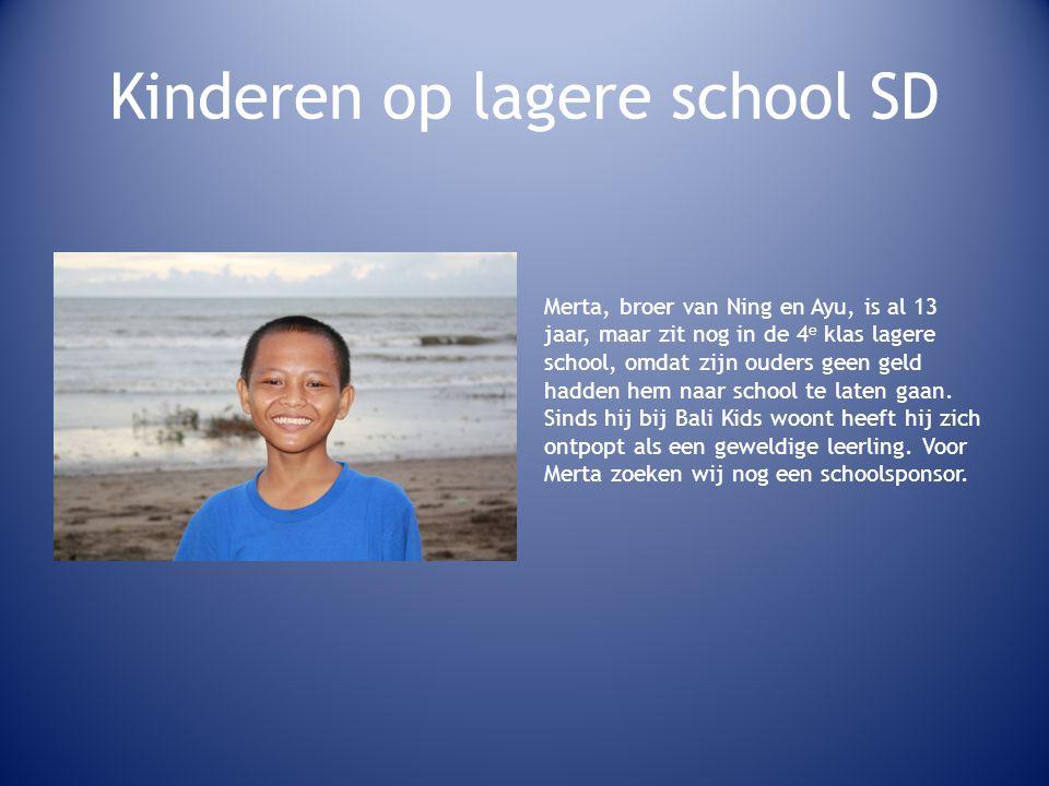 Kinderen op lagere school SD Merta, broer van Ning en Ayu, is al 13 jaar, maar zit nog in de 4 e klas lagere school, omdat zijn ouders geen geld hadden hem naar school te laten gaan.