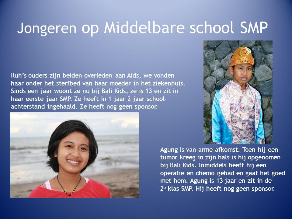 Jongeren op Middelbare school SMP Iluh's ouders zijn beiden overleden aan Aids, we vonden haar onder het sterfbed van haar moeder in het ziekenhuis.