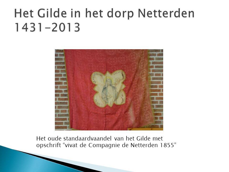 """Het oude standaardvaandel van het Gilde met opschrift """"vivat de Compagnie de Netterden 1855"""""""
