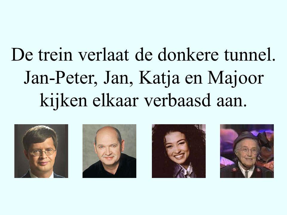 Ze zien niets bijzonders, behalve het feit dat Jan-Peter over zijn pijnlijke gezicht wrijft.
