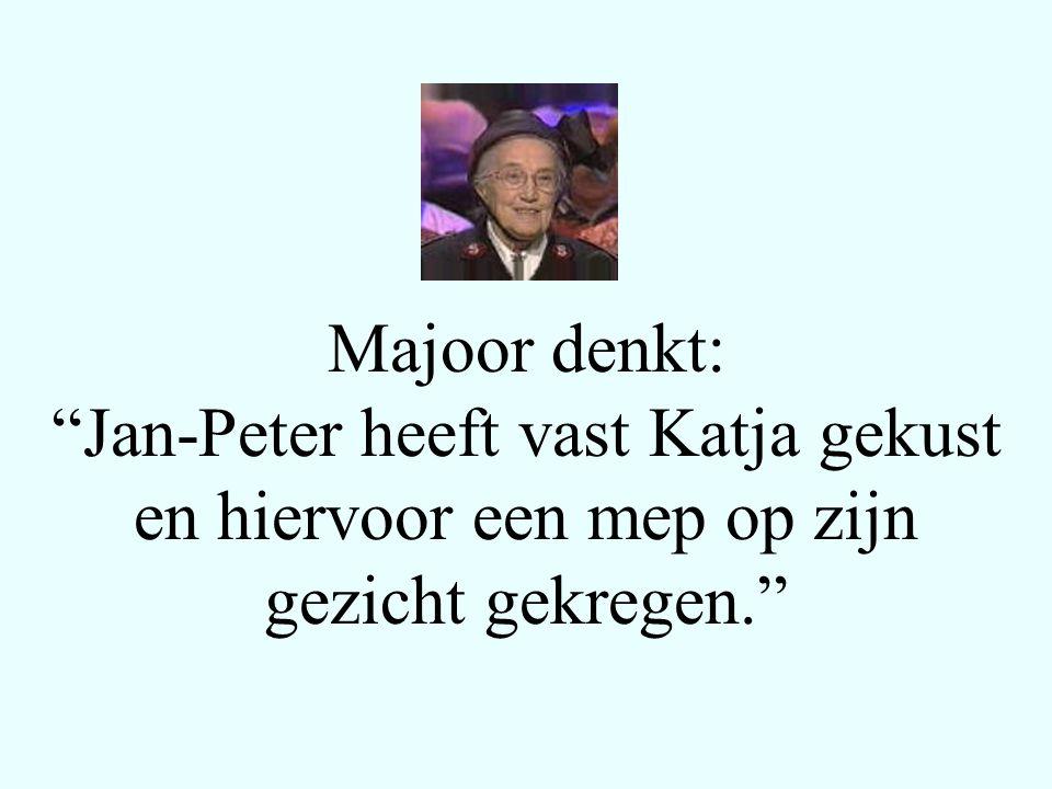 Katja denkt: Jan-Peter wilde mij natuurlijk kussen, maar heeft zich blijkbaar vergist en Majoor gekust en hiervoor een knal gekregen.