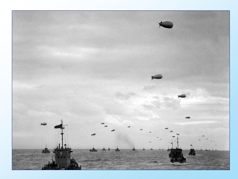 Canadese troepen in landingsboten naderen de kuststrook met de codenaam Juno Beach bij Bernières-sur-Mer.