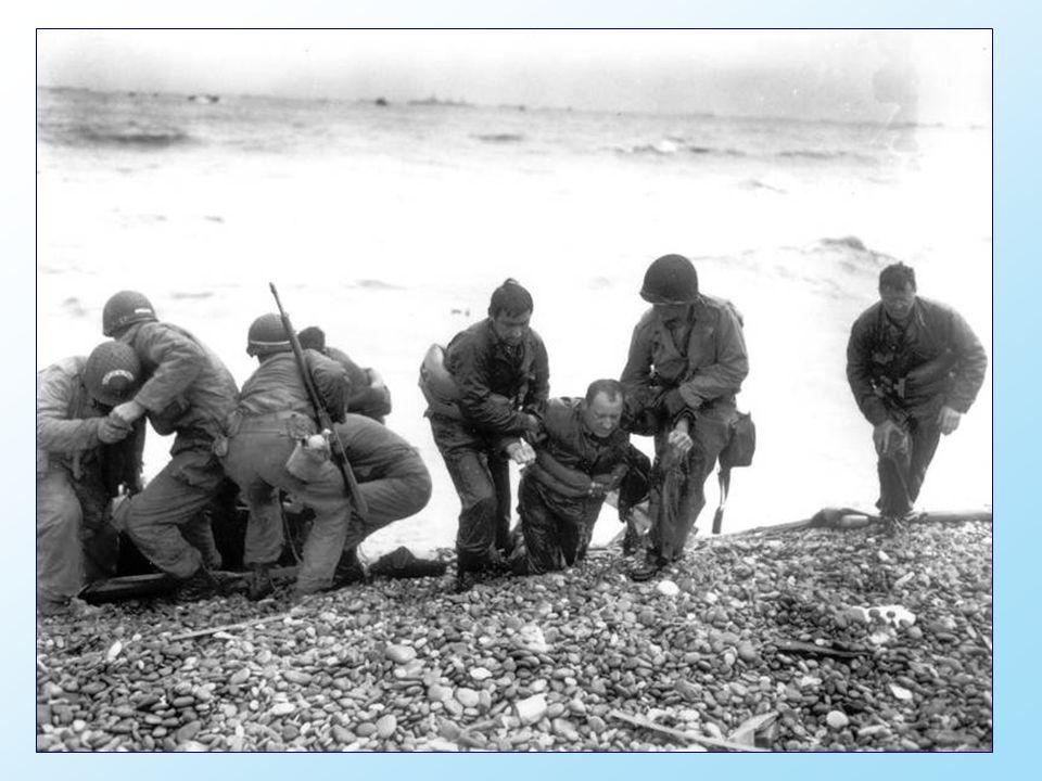 Een Amerikaanse eenheid helpt haar uitgeputte kameraden aan land. Die soldaten bereikten de zone met codenaam Utah Beach met een reddingssloep nadat h