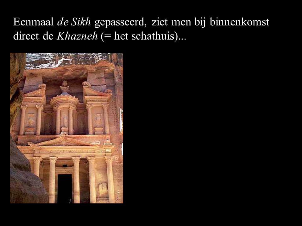Eenmaal de Sikh gepasseerd, ziet men bij binnenkomst direct de Khazneh (= het schathuis)...