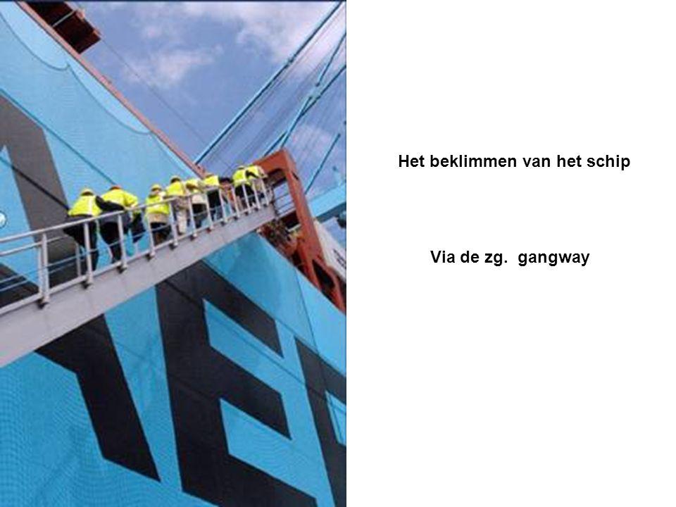 Het beklimmen van het schip Via de zg. gangway