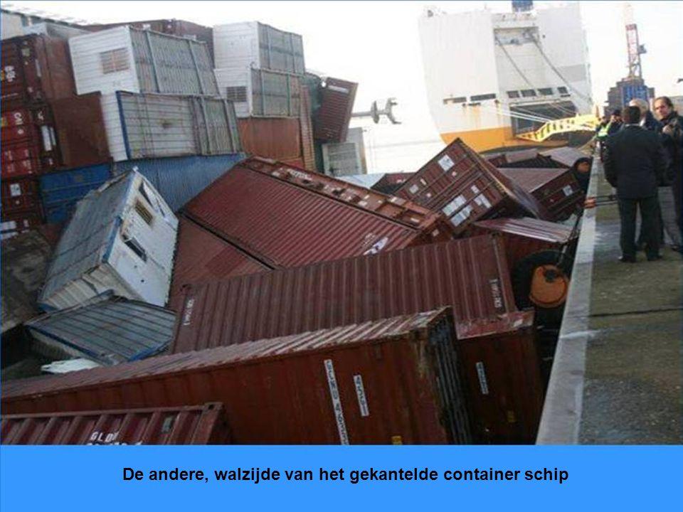 Hier is in Antwerpen het hele schip gekanteld en kijk je nu dus tegen de rode bodem.