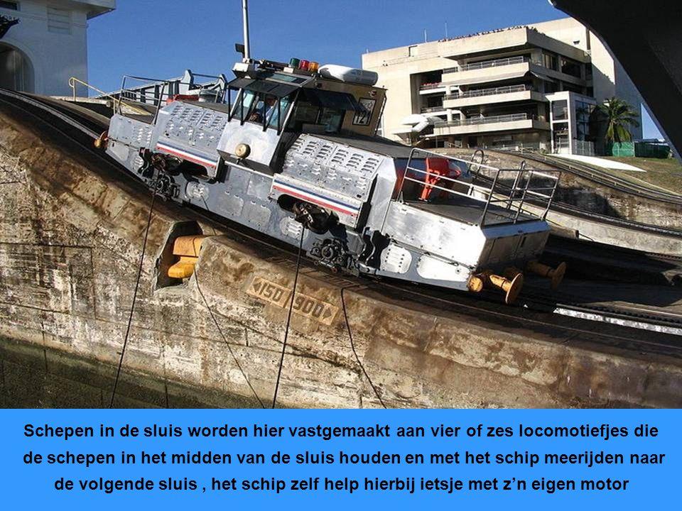 Oude foto van de sluizen Er zijn drie sluizen achter elkaar die de schepen ca. 26 meter omhoog brengen Sluizen zijn 320 m. lang, 34 m. breed en 13 met