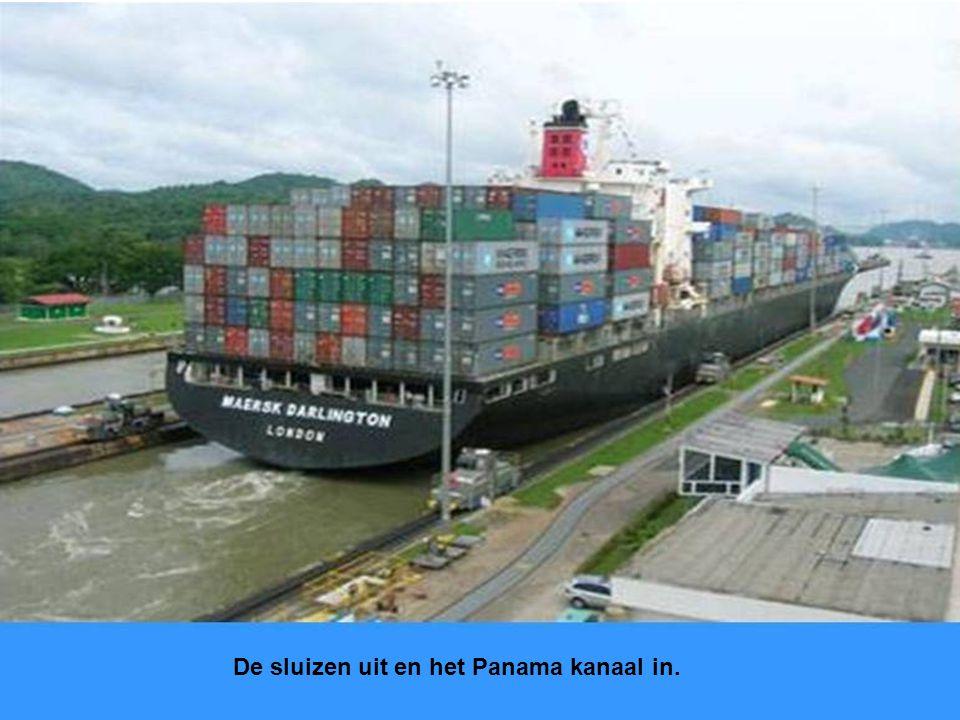 Schepen in de sluis worden hier vastgemaakt aan vier of zes locomotiefjes die de schepen in het midden van de sluis houden en met het schip meerijden